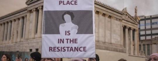 تظاهرت ناشطات في العاصمة اليونانية أثينا العام الماضي للمطالبة بضمان حقوق النساء في أماكن العمل