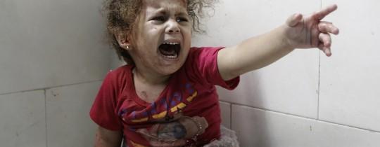 طفلة فلسطينية مصابة أثناء الاعتداءات الإسرائيلية على قطاع غزة