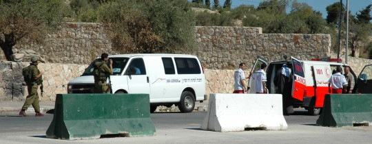 ارشيفية - توقيف سيارة اسعاف تابعة للهلال الأحمر الفلسطيني على حاجز بيت لحم