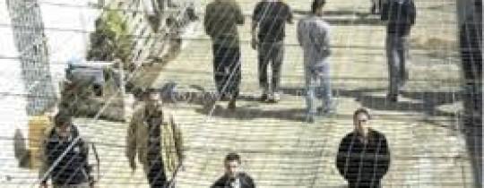أسرى فلسطينيون في إحدى سجون الاحتلال