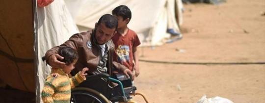 الشهيد فادي أبو صلاح يتوسط أبناءه في مخيمات العودة قبل استشهاده - أرشيف