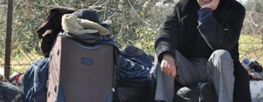 أحد المسافرين عبر معبر رفح البري
