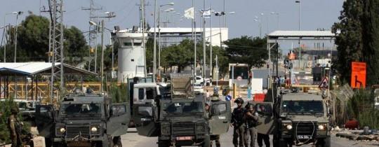 قوات الاحتلال تعتقل شاباً أصابته على حاجز سالم