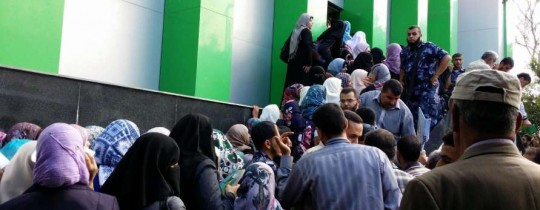 موظفو غزة يتقاضون رواتبهم