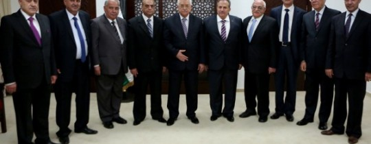 محمود عباس يتوسّط أعضاء المحمة الدستورية التي قرر تشكيلها في ابريل 2016