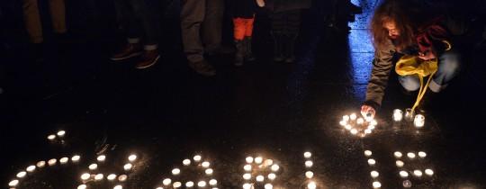 متضامنون يشعلون الشموع تضامنا مع شارلي