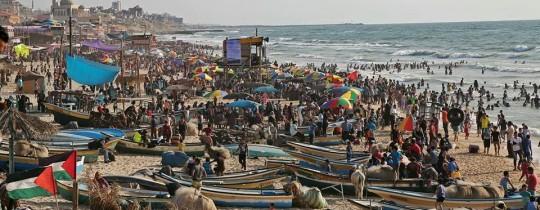 مواطنو غزة يهربون إلى البحر مع انقطاع الكهرباء وحر الصيف