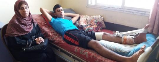 الفتى المُصاب أحمد أبو سيدو ووالدته