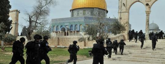 قوات من شرطة الاحتلال تقتحم باحات المسجد الأقصى