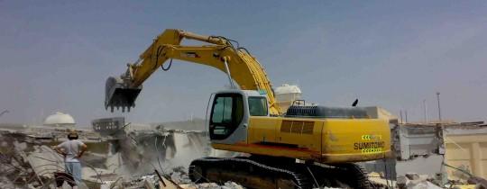 آليات الاحتلال على أنقاض مُنشأة فلسطينية بعد هدمها