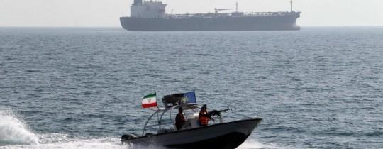 سفنيه حربية إيرانية في مضيق هرمز (رويترز-أرشيف)