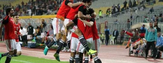محمد صلاح مع زملائه في المنتخب بعد إحراز أحد الأهداف خلال المباراة مع النيجر