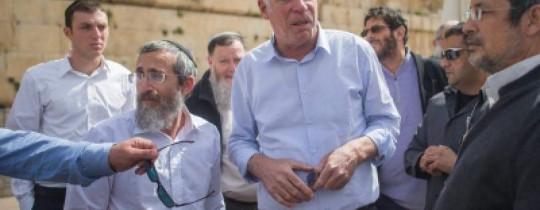 وزير الزراعة الصهيوني يقتحم المسجد الأقصى