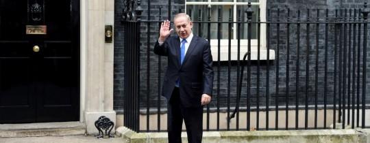نتنياهو أمام مقر الحكومة البريطانية في لندن