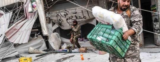 عشرات الصور ومقاطع الفيديو أظهرت عناصر فصائل مدعومة من تركيا وهم ينهبون ممتلكات الأهالي في عفرين