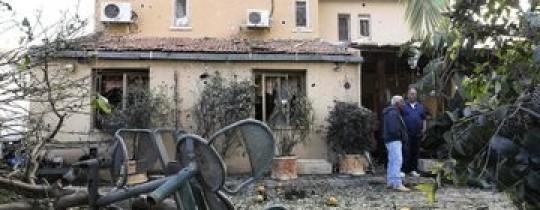 صورة لأحد المنازل المُتضررة جراء سقوط صواريخ المقاومة في عسقلان المحتلة