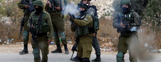قوة من جيش الاحتلال تطلق قنابل غاز - الضفة المحتلة - أرشيف