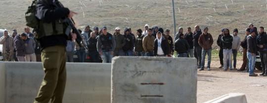 عمال فلسطينيون على حاجز صهيوني - ارشيف