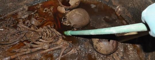 جانب من عملية فتح التابوت الذي يُرجح أنه يعود للعصر البلطمي (300 سنة قبل الميلاد)