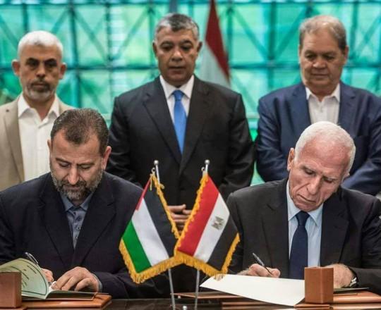 لحظة توقيع اتفاق المصالحة في القاهرة بين ممثليْ حركتيّ حماس وفتح - أكتوبر 2017