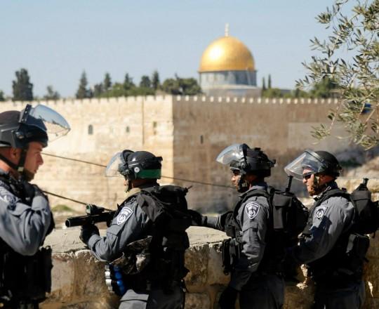 جنود الاحتلال يحاصرون المسجد الاقصى ويخنقون المدينة
