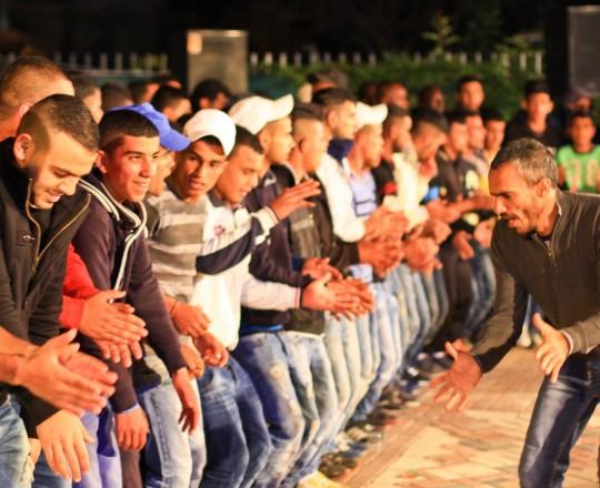 شباب فلسطيني يدبك