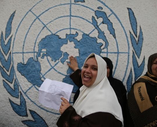لاجئة فلسطينية امام مقر الاونروا