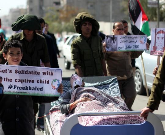 مواطنون يُطالبون بالإفراج عن الطفل الأسير المريض