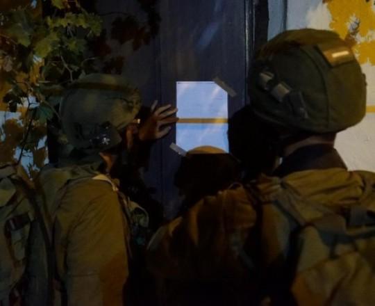 قوات الاحتلال تلصق إخطارًا على منشأة فلسطينية في الضفة الغربية المحتلة - ارشيف