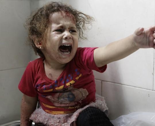 طفلة تستنجد بعد قصف استهدف منطقة بغزة خلال عدوان 2014 الصهيوني على القطاع - ارشيفية