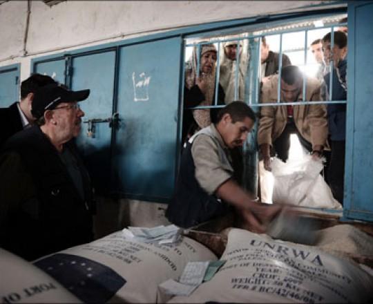 الأونروا توزّع مساعدات عينيّة على اللاجئين في فلسطين