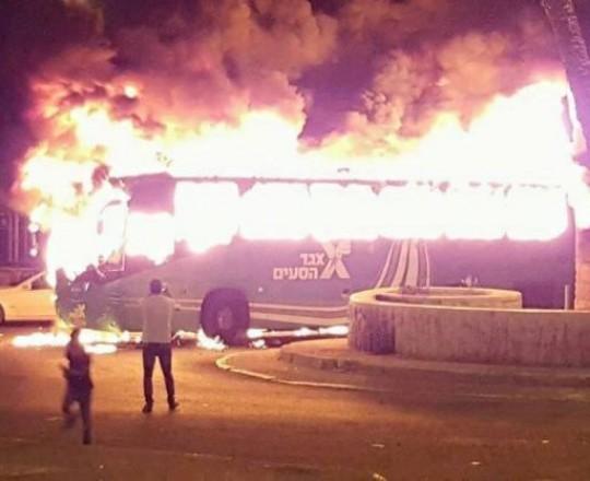 حافلة أحرقها شبان فلسطينيون بالقدس المحتلة في وقت سابق