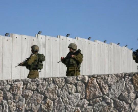 جنود الاحتلال قرب جدار الفصل العنصري الذي يخنق معظم مناطق الضفة الغربية