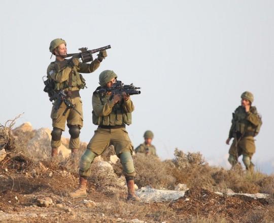 جنود صهاينة يحمون الاستيطان في رأس كركر في الضفة الغربية المحتلة