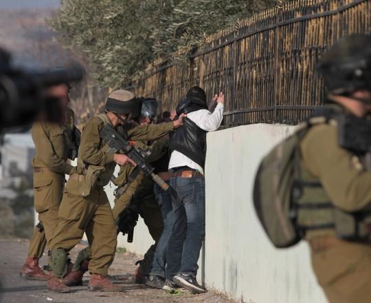ارشيفية - قوات الاحتلال تعتقل احد الشبان في مدينة الخليل