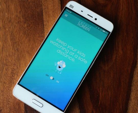 يُظهر التطبيق عند تفعيله شاشة تطلب من الطفل إبعاد الهاتف عن عينيه لاستكمال التصفح
