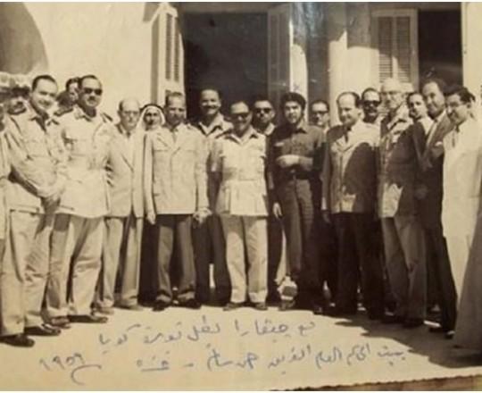 تشي غيفارا في قطاع غزة مع القادة الفلسطينيين والمصريين في مقر الحاكم العام أحمد سالم، يونيو، 1959