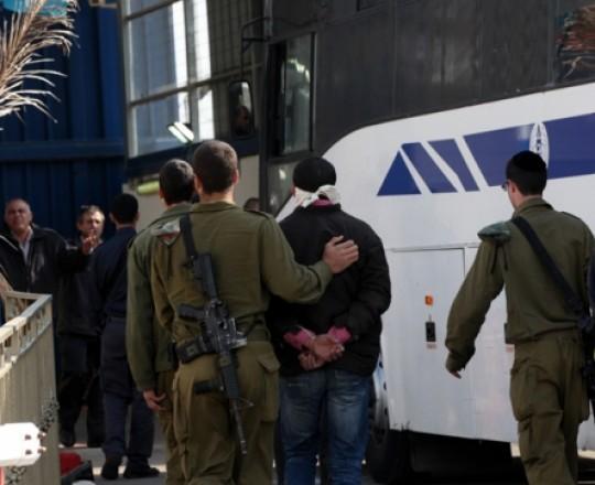 الاحتلال يوقف مواطنا فلسطينا