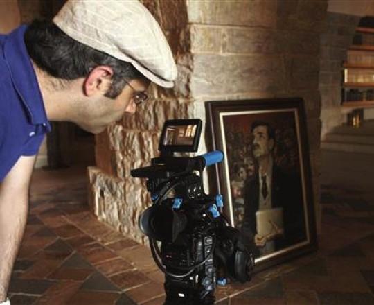 زكّاك يُصوّر صورة لكمال جنبلاط في قصر المختارة، ضمن فيلمه