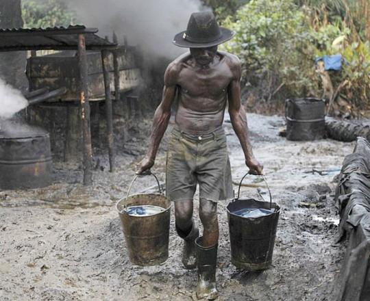 سرقة النفط تكبد نيجيريا 1.2 مليار دولار شهريا