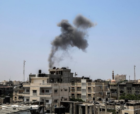 القصف الذي استهدف أرضًا خالية في رفح جنوب قطاع غزة - تصوير محمود سالم