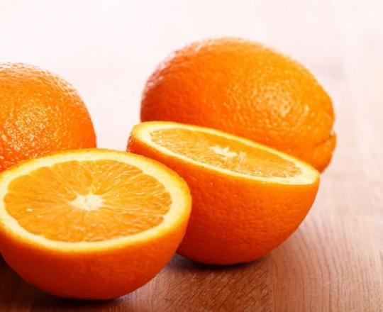 تحتوي برتقالة متوسطة الحجم على نحو غرامًا من فيتامين C