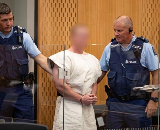 سفاح نيوزيلندا خلال مثوله للمحاكمة السبت - وكالات