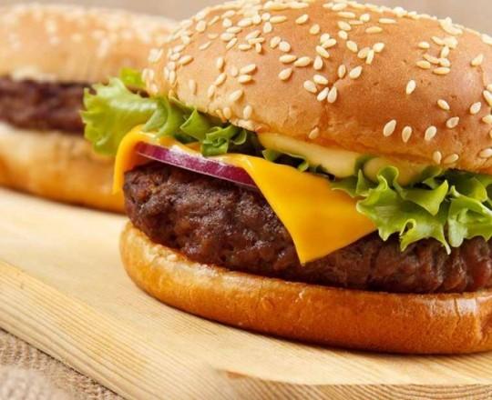 بعض الدهون ليست مرئية بالعين المجرّدة؛ فهي توجد بكميات كبيرة في بعض الأطعمة: مثل اللحم وصلصات الطعام