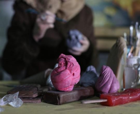 نحت يُجسّد طفلًا شهيدًا بكفنه على شكل آيس كريم، جزء من أعمال المعرض