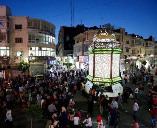 إنارة فانوس رمضان وسط رام الله