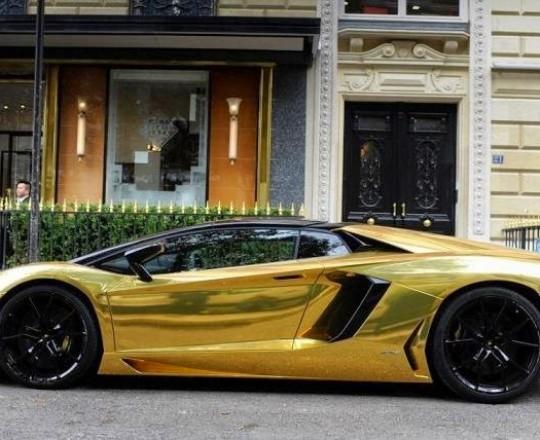 سيارة فاخرة مصنوعة من الذهب الخالص