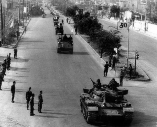 القافلة الأخيرة للقوات اللبنانية على أوتستراد الدورة لدى انسحابها من بيروت الكبرى 04-11-1990
