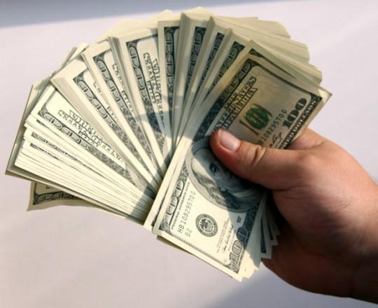 مؤشر الدولار يرتفع بنسبة 1.3 بالمئة في حين فقد اليورو نحو 2 بالمئة مقابل العملة الأميركية.