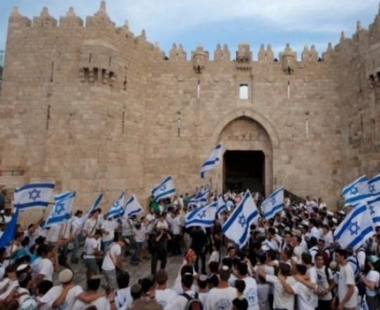 مستوطنون صهاينة يتظاهرون في باب العمود المحتل
